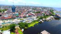 Iquitos es una ciudad puerto peruana y una vía de acceso a los alojamientos de la selva.