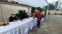 Ciudadanos chilenos residentes en Perú llegan a la embajada para emitir su voto