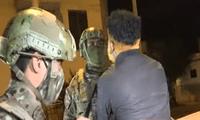 Uno de los detenidos se resistía a ser detenido por las autoridades.