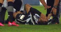 Lecaros queda lesionado y tiene que salir en camilla.