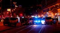 La policía cierra las calles cercanas a la plaza Schwedenplatz, en Viena, después del tiroteo.