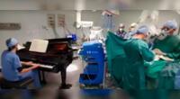 Niño es operado mientras un doctor tocaba el piano en el quirófano