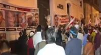 Protestan contra congresistas de Acción Popular.