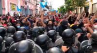Los protestantes midieron sus fuerzas en una lucha contra los policías antimotines a la altura de octava calle cerca al Congreso de Guatemala.