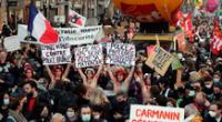 Un grupo de activistas de Femen muestran en París carteles contra la ley que impide grabar la violencia policial.