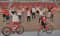 Los deportistas posan felices en el velódromo de la Videna