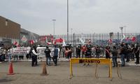 Trabajadores de Tottus realizan huelga pacífica a nivel nacional.