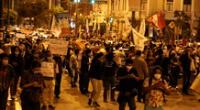 Cientos de personas se dirigen hacia el Congreso para protestar en rechazo a la nueva ley de Promoción Agraria.