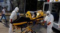 Paramédicos trasladan a una paciente que padece covid-19 de un hospital a otro, México.