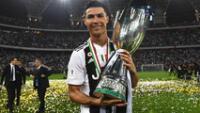 Cristiano Ronaldo  contento, posa con el trofeo  de la Supercopa de de Italia.