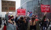 Manifestantes contra el fallo del Constitucional polaco que restringe el derecho al aborto se concentra en el centro de Varsovia.