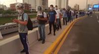Ciudadanos esperan llegar a sus viviendas antes del toque de queda, el cual empieza a las 9 de la noche.