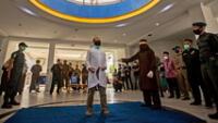 Los hombres de la conservadora provincia de Aceh en Indonesia fueron azotados públicamente.