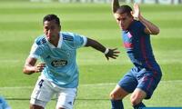 Renato Tapia en su ocasional duelo con el Atlético de Madrid que podría ser su próximo club.