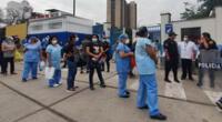 Trabajadores médicos indicaron que les informaron que podían recibir la primera dosis de la vacuna luego de su turno de guardia, pero no se encontraban registrados en el padrón oficial.