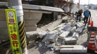 El terremoto de magnitud 7,3 que golpeó el noreste de Japón el sábado ha dejado al menos un centenar de heridos.