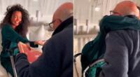 En el clip viral se ve al adulto mayor movilizándose en su andador eléctrico con un pote de helado y una caja de chocolates.