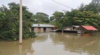 Diversas autoridades han llevado ayuda a damnificados, quienes se encuentran en colegio hasta que baje el caudal del río.