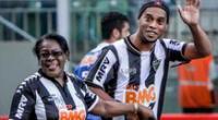 Ronaldinho le dedicó estupendo gol a su madre cuando jugaba por el Mineiro.