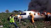 Los miembros locales de emergencia y de Protección Civil arribaron a la zona para sofocar el incendio ocasionado por el desplome del avión.