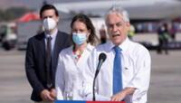 El presidente de Chile, Sebastián Piñera (derecha), ofrece una rueda de prensa durante la llegada de vacunas chinas Sinovac, en el aeropuerto de Santiago (Chile).