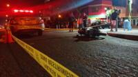 sujetos a bordo de una camioneta disparan contra motorizado
