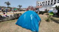 Familiares de pacientes con COVID-19 se encuentran acampando desde hace una semana en los exteriores del Hospital de Emergencias de Villa El Salvador.