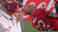 El defensor de River Plate saltó a cabecear una pelota, pero no pudo mantener el equilibrio.