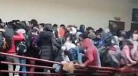 Jóvenes cayeron luego de que una baranda se rompió en la Universidad Pública de El Alto.