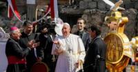 """El Papa Francisco oró el domingo por las """"víctimas de la guerra"""" frente a una iglesia centenaria en la ciudad de Mosul."""
