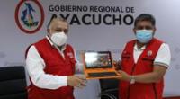 El ministro de Transportes y Comunicaciones, Eduardo González, hizo la entrega de 4,298 tabletas al gobernador regional de Ayacucho, Carlos Rúa Carbajal.