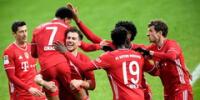 Festejan los jugadores del Bayern Múnich su gol anotado al Bremen.