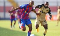 Ismodes lucha el balón con Céspedes en el cotejo que ganó Alianza Universidad a Cusco FC.