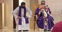 Sacerdote dio una misa junto a su perro enfermo para no dejarlo solo.
