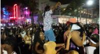 Una gran multitud de personas participa en una fiesta en la calle, durante las vacaciones de primavera en Miami Beach, Florida, Estados Unidos.