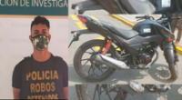 El detenido y la moto en que se desplazaba