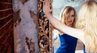 El narcisismo se caracteriza por un patrón de grandeza y fantasía.