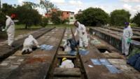Operarios exhuman tumbas para abrir espacio para los fallecidos por covid-19, Sao Paulo, 1 de abril de 2021.