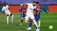 Karim Benzema y su taco para paralizar al mundo en el derby.