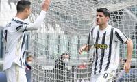 Morata recibe la felicitación de Cristiano Ronaldo por el gol marcado a Génova.