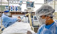 En algunas zonas de Brasil, los profesionales sanitarios también enfrentan la falta de medicamentos y cilindros de oxígeno destinados para los enfermos más graves.