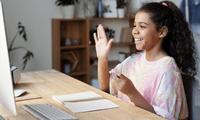 Es importante mantener una buena comunicación entre padres y maestros para seguir el desempeño del estudiante.