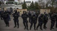 La Policía blinda la embajada rusa en Praga, República Checa.