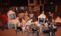 La Asociación Juvenil Lidérate ha elaborado casas para perritos en abandono con el material de la propaganda electoral, en Ica.