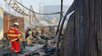 Trabajador de 22 años resultó herido en incendio de fábrica de colchones, en Huachipa.