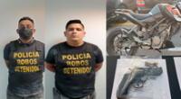 Dos de los detenidos, la moto y un arma