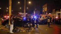 Jóvenes chocaron su auto contra camioneta que terminaron por volcarlo.