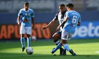 Pretell  lucha el balón con Ballón, en la victoria de Cristal 2-1 al Alianza
