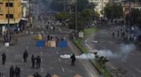 Manifestantes se enfrentan con la policía en Cali.
