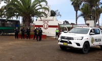 Universitario: equipo entrena con resguardo policial ante temor de una nueva invasión de barristas.
